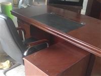 九五成新豪华老板办公桌一套便宜出售只需800块甩卖,需要的电话联系。