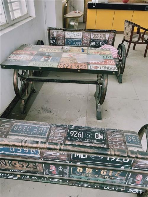 一张桌子,2张椅子,一套。9成新1套,**1套。500元一套低价甩卖。