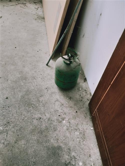 加氟坛子一个,每个30元,1.2米木床3张,每张50元,真皮沙发一组3个,50元钱。