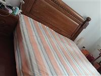美式柚木1.8米大床。买来后发现房间太小,放不下椅子。八折处理。