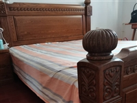 美式柚木1.8米大床。买来后发现房间太小,放不下椅子了。八折处理。