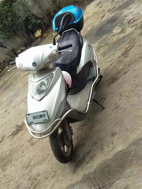 本人有一辆女士摩托车,八成新,没有摔撞过,有诚意的请联系。15759962565