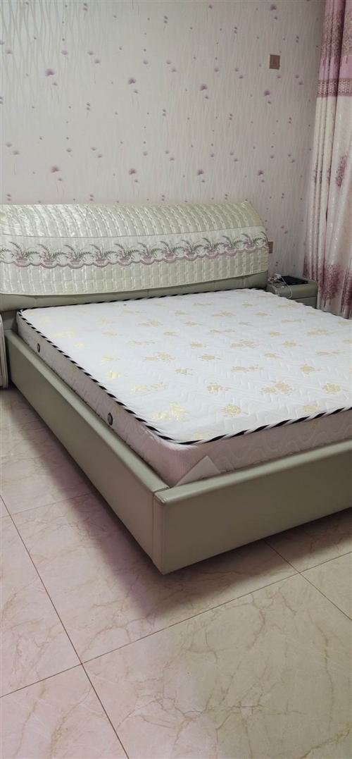 现出售闲置八成新一米八×两米双人大床,带乳胶床垫、床头柜,原价3200现1200,欢迎致电18082...