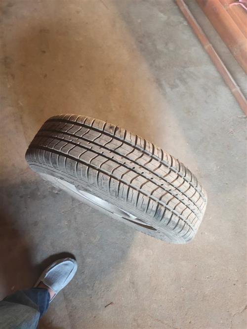 本人出售小车轮胎带钢圈型号 175/70R14LT联系方式:18350976276