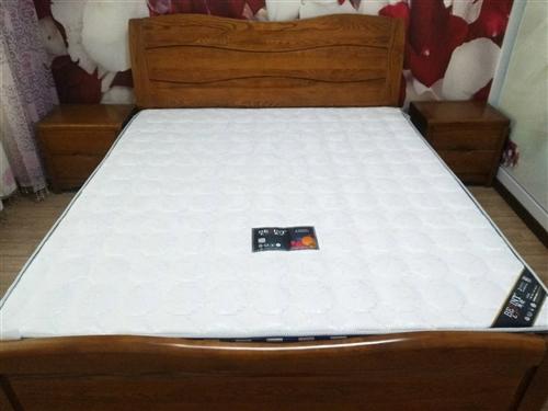 個人原因,有閑置大床1800*2000雙人大床加床墊兩床頭柜出售,基本沒怎么用過,現低價甩賣,價格3...