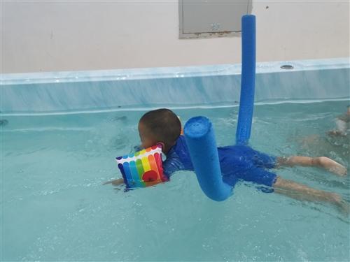 贝乐泳游泳课程,在鼎盛时代高高饭店旁边,还剩17次,单次价格99,可私聊详谈。本来是买给自家宝宝用的...
