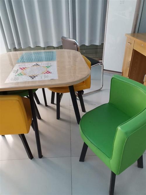 一张桌子四把椅子