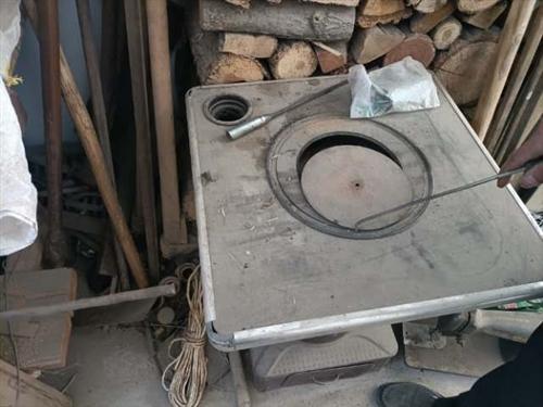 二手九成新一个烧煤炉子和一个烧柴火炉子,放家里占地方,低价出售