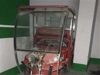 电动三轮车,车厢长两米宽1.2米。五个大电瓶,配熟食架