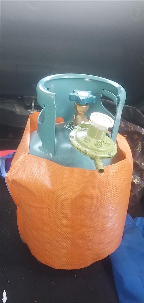 去年买的石油气罐,5公斤大小,基本没用过,剩半罐气