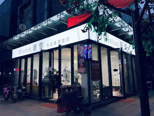 杞縣文化廣場商業街理發店因跟朋友合伙在附近其它地方開店,此店鋪沒時間經營特此轉讓,有需要的可以聯系我...