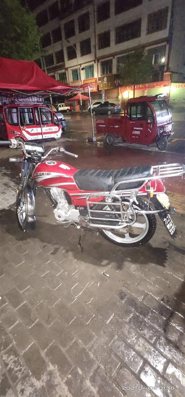 二手摩托車,價位便宜,四千多公里,車況八成新。發動機一打就著