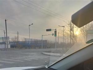 南北红绿灯不亮,要是不注意闯了红灯算谁的错
