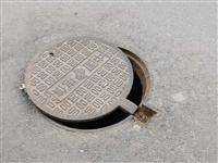 路面公共电信局井盖坏了,需要安排人员维修。
