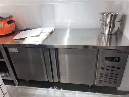 操作台式冰柜,还没用到一年的。空间大,制冷效果强,保鲜可靠