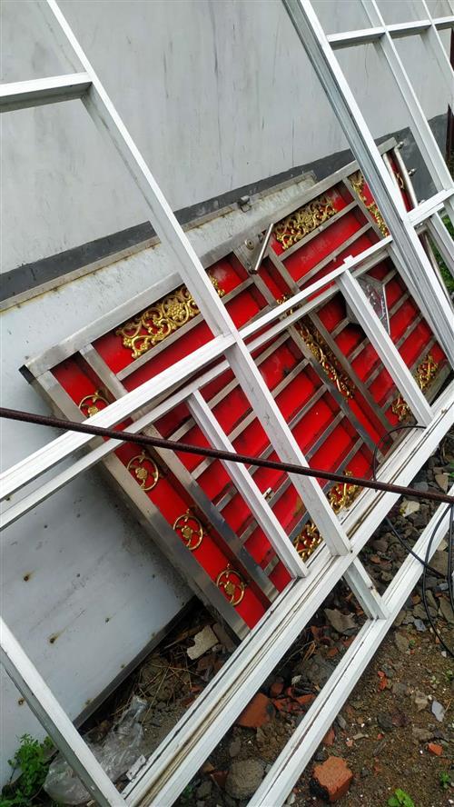 红色不锈钢大铁门,两扇对开,八成新,宽度2.3米