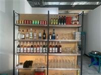 冰柜带操作台一个。调酒工具一套外加莫林糖浆10多瓶,五大基酒,配制酒几种,各种鸡尾酒杯