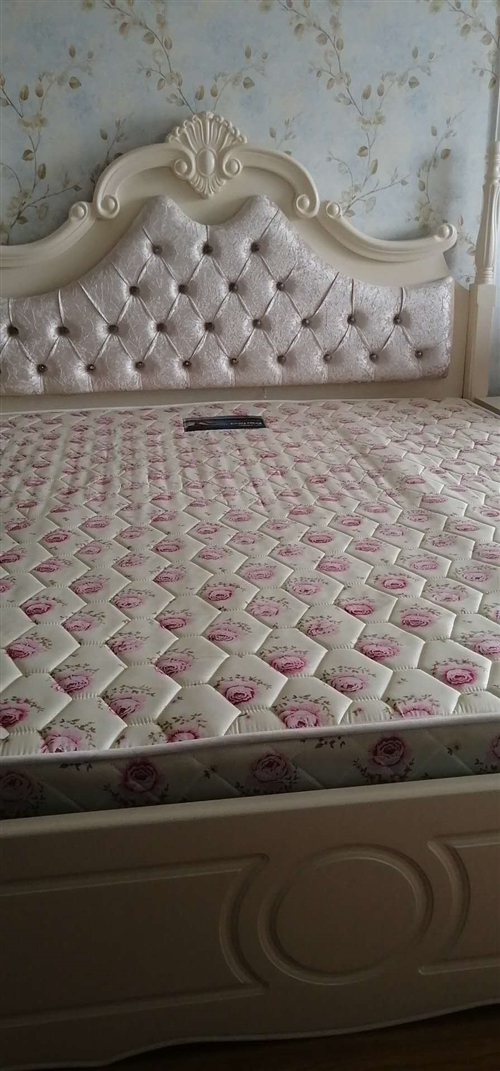 **1.8*2m大床,带床垫,两个床头柜。