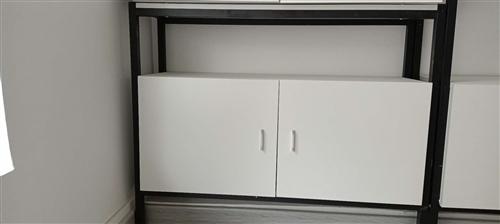 貨架一組,長100,寬30,高70。如圖有兩種組裝方式,可以下面柜子,上面一層板子。也可以兩層板子。...