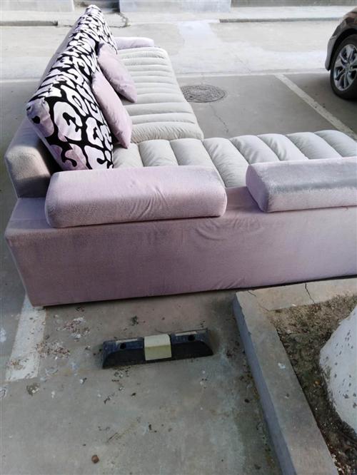 本人有沙发一套,木门二套,窗户一个,窗式空调几台,移动式空调一台,需要的联系我。