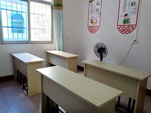 辅导机构16套九五成新课桌椅出售,数量不多价格优惠,品质保证,欲购从速。