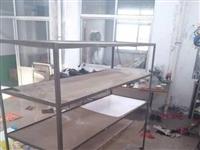 鞋廠閑置4個鐵架子帶萬向輪,可朝任何方向移動,5個案板,結實耐用。