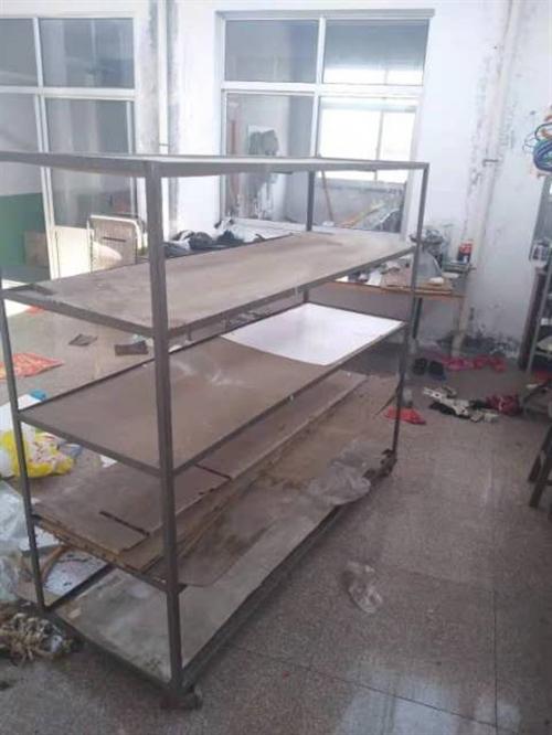 鞋厂闲置4个铁架子带万向轮,可朝任何方向移动,5个案板,结实耐用。