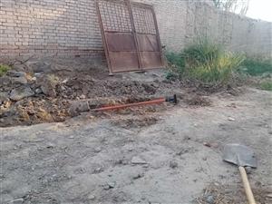 找个小小挖掘机挖20米下水沟