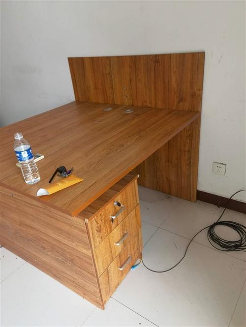 自用办公室办公桌,两张,办公座椅,六把。有需要私聊来电