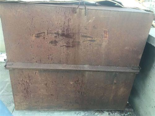鐵皮水箱出售,質量非常好,8成新,用于工程項目修路澆水,生活儲存水等,鐵皮水箱長150厘米寬135厘...