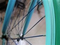自行车只骑过三四次,还算新,现将出售。车轮胎是实心的,里面没有内带,不怕轮胎被戳破等。颜色是天蓝色。
