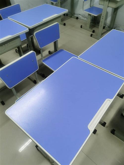 九成新,桌椅可调节,现有26套,全部购买者送俩块大黑板,也可以部分购买。单价70元。