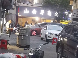 阜宁石字街向西50米,有个人天天非法占用街道摆烧烤摊