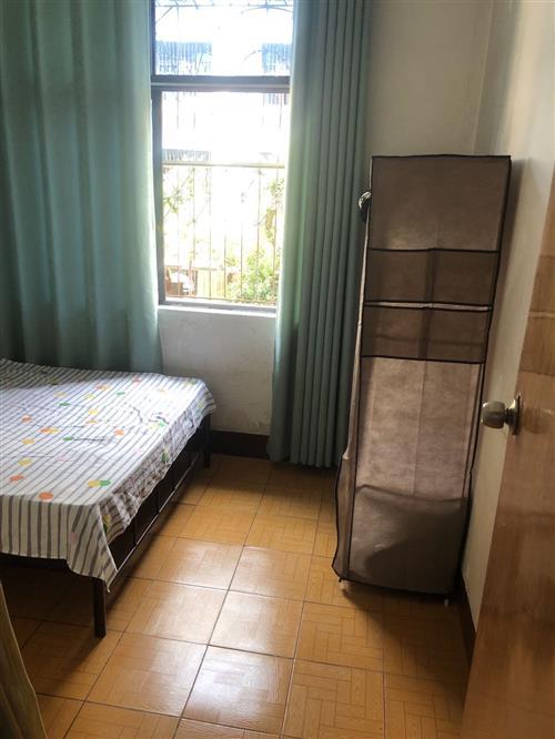 建设路二楼套房次卧出租,房子干净整洁。水电气全包,月租500