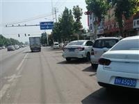 邹城太平商贸城乱停乱放,存在交通安全隐患。