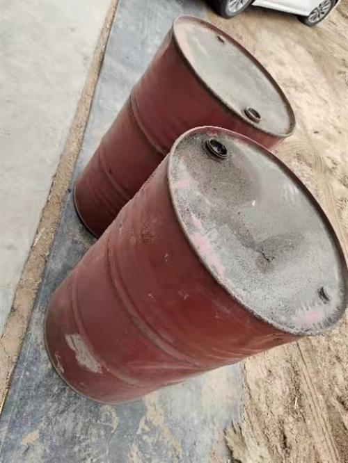 大量空柴油桶