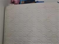 本人处理一个品牌床垫1.8x2米,八成新,质量好的很,处理100元拉走,
