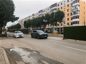 大三巴官方网/请有关部门引起重视,红树路改造施工,道路围挡存在安全隐患