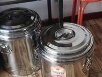 保温桶3个:一个40L的插电款,有龙头,底部陶晶不沾盘,自动温控。两个40L的不插电款,没有龙头,保...