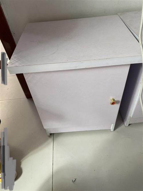 因搬家急售个人:单人床垫(100cm×200cm)30元,双人床垫45元(普通椰棕床垫),一对床头柜...